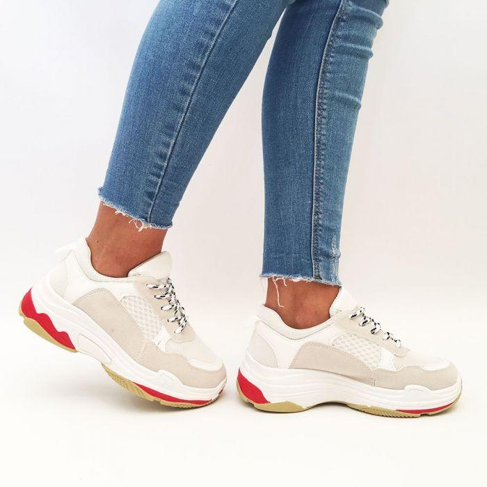 Femeie care cauta pantofi